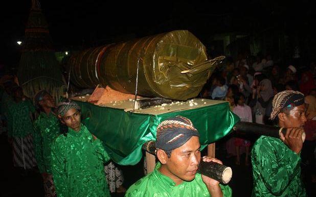 Mengarak Lemper Raksasa Dalam Ritual Rabu Pungkasan