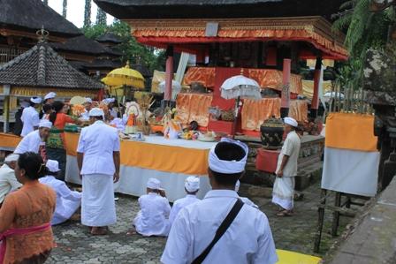 di sela kunjungan ke objek wisata Ulun Danu Beratan sempat 'mengintip' upacara keagamaan masyarakat bali yang dilakukan di salah satu pura di area terebut